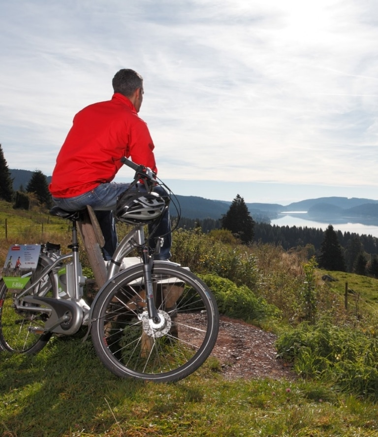 E-Bike Fahrer blickt auf den Schluchsee - © HTG