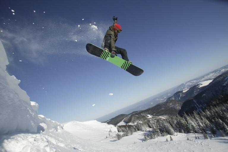 Junger Mann beim Snowboarden - © HTG