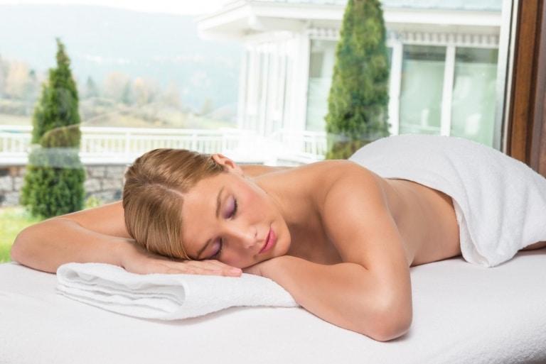 Frau auf Massageliege im Vier Jahreszeiten am Schluchsee