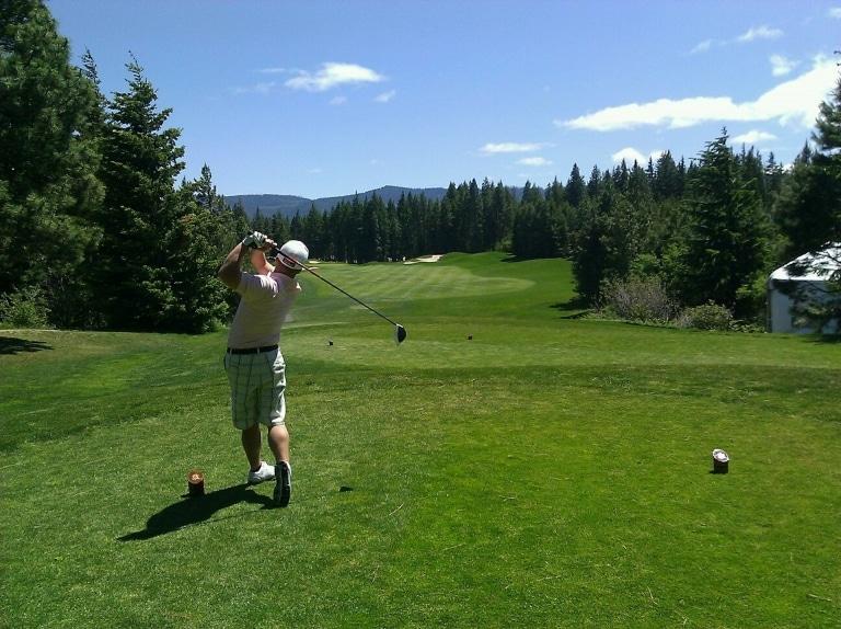 Golfer beim Abschlag im Schwarzwald