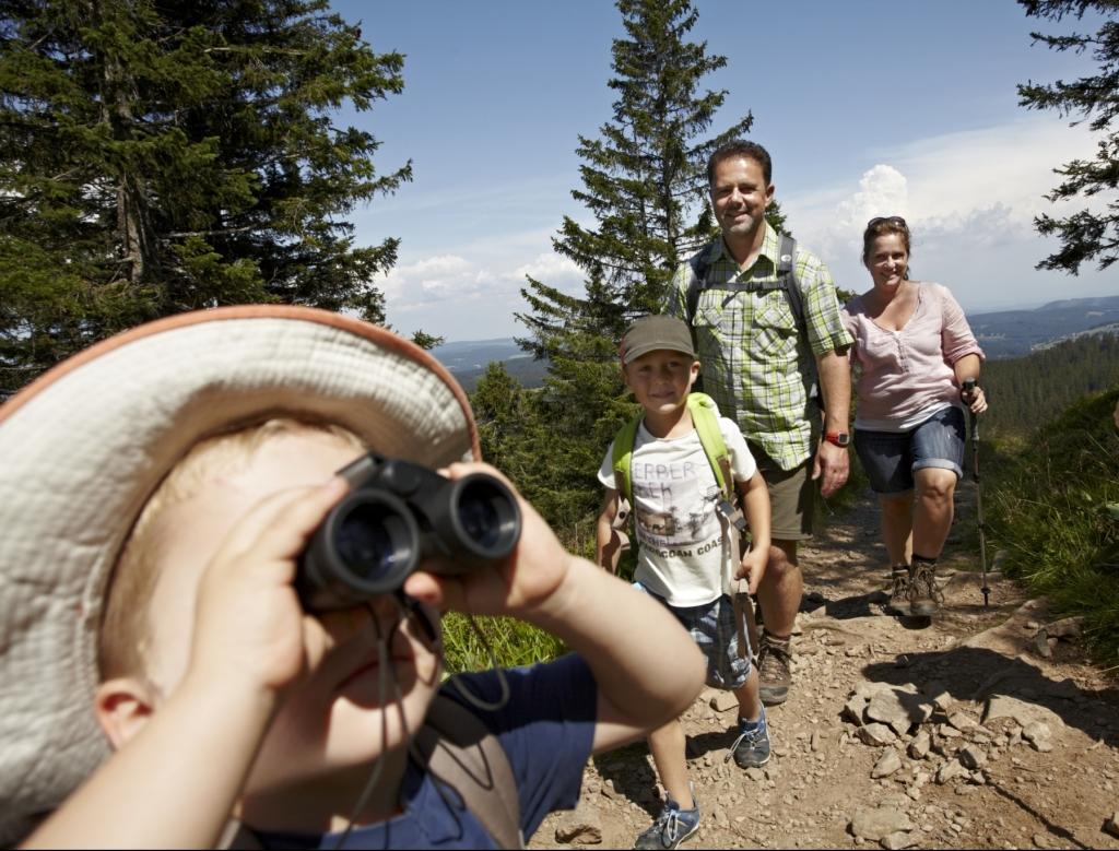 Familie beim Wandern im Hochschwarzwald - Kind schaut durch Fernglas ©HTG