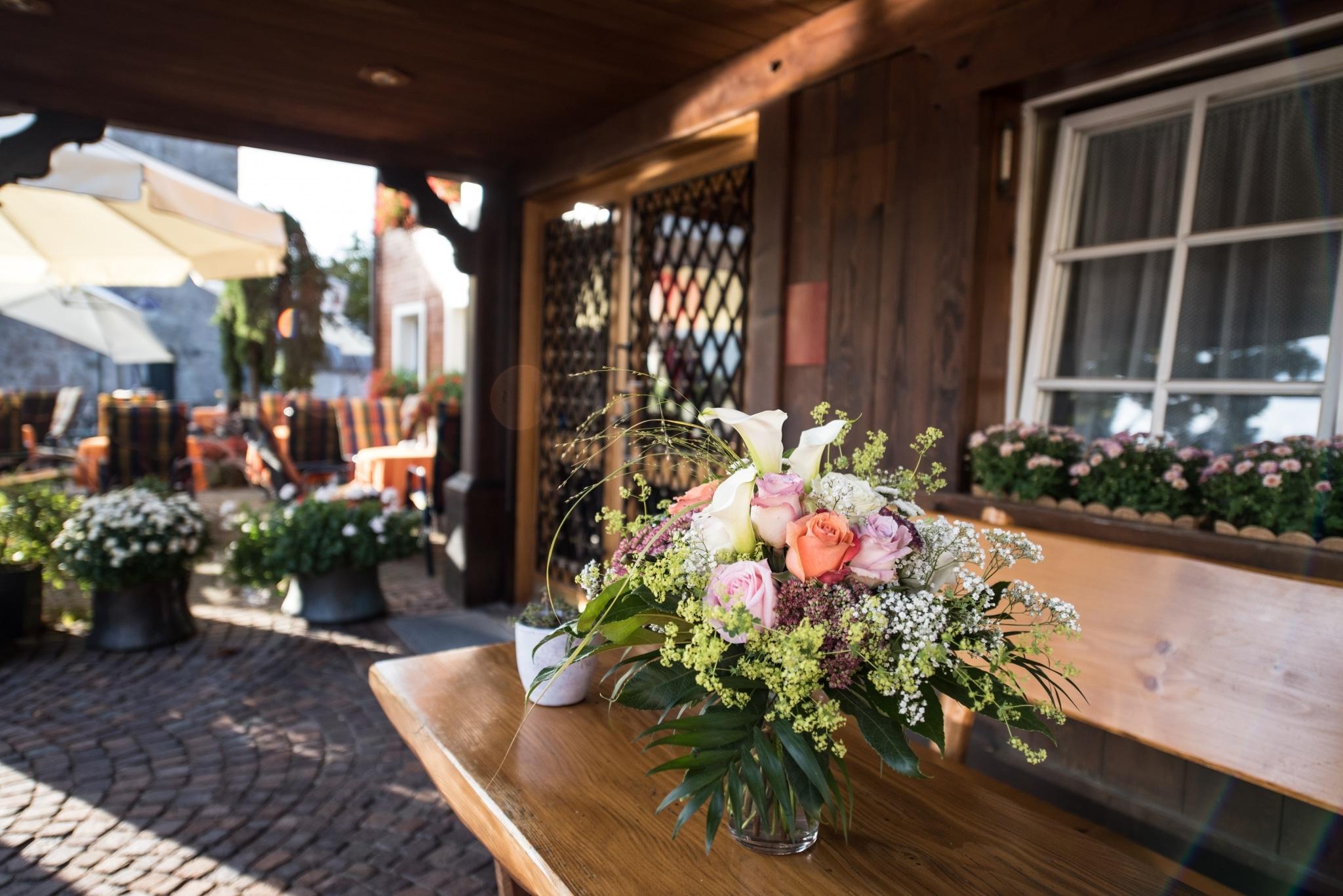Eingang mit Blumen im Hotel Schiff am Schluchsee