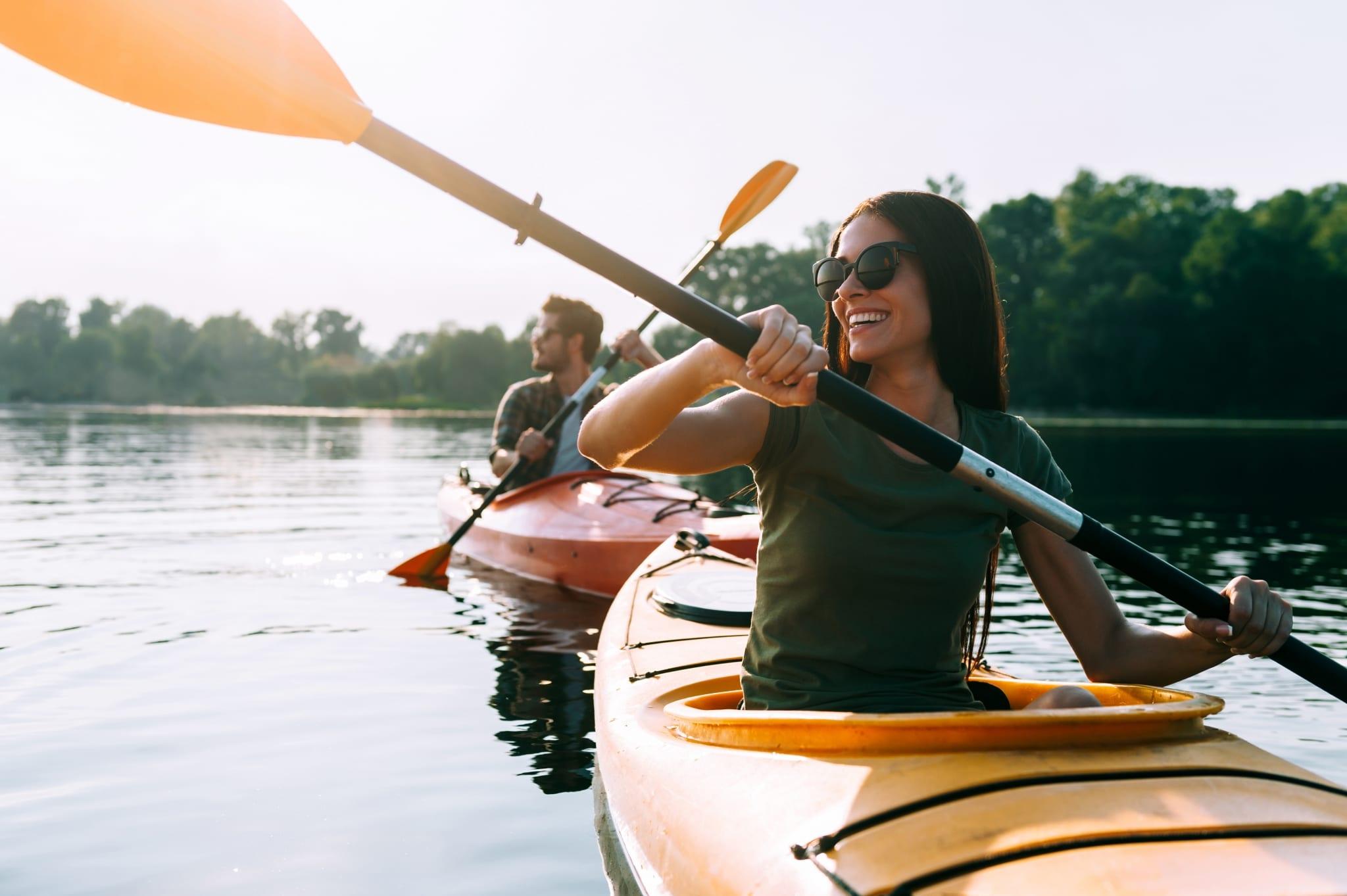 Paar beim Kayakfahren auf dem See