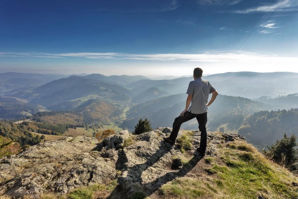 Wanderer im Schwarzwald mit Panoramablick